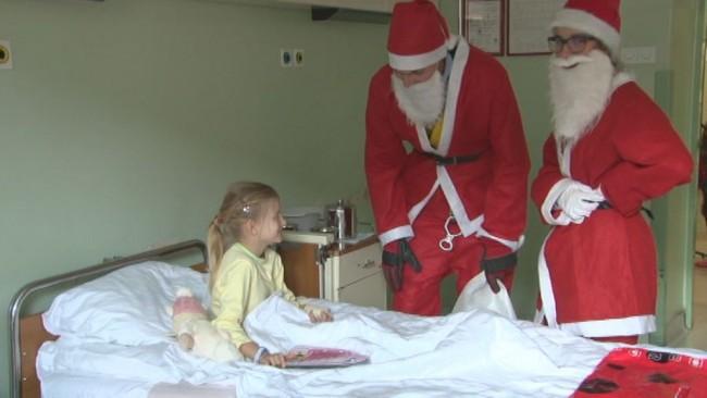 Božički obiskali otroški oddelek ptujske bolnišnice