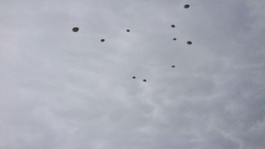 V nebo poleteli beli baloni
