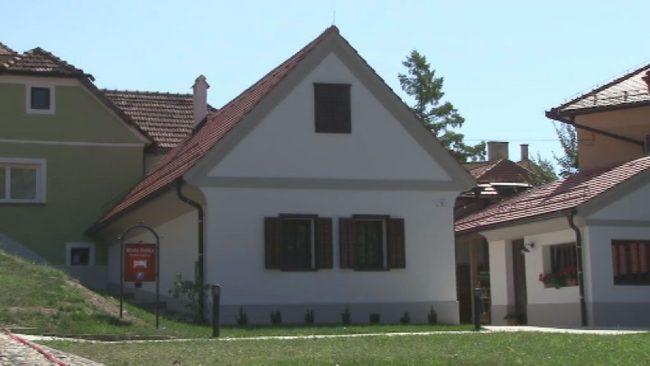 Pod gradom zrasla Mala hiška
