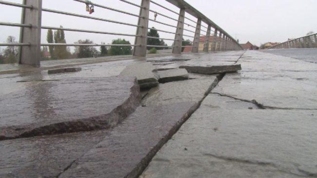 Poškodbe na peš mostu