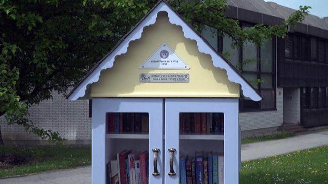 Mala knjižnica pred Šolskim centrom na Ptuju