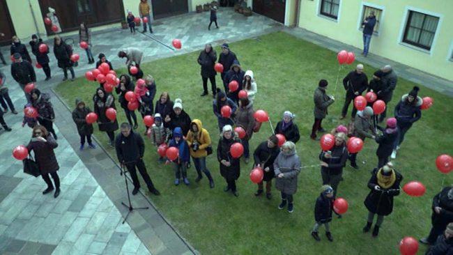 Pohod z rdečimi baloni