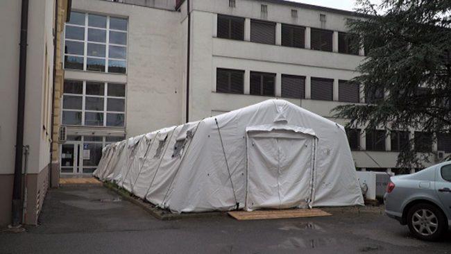 V ptujski bolnišnici postavili dva kontenejnerja s precovid triažo in poseben šotor