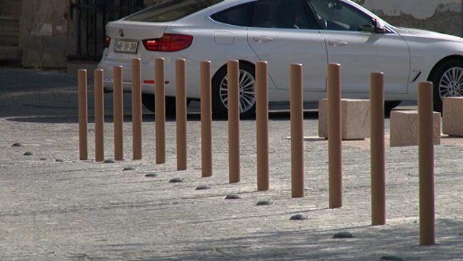 Postavitev prepreke za promet na Slomškovi ulici