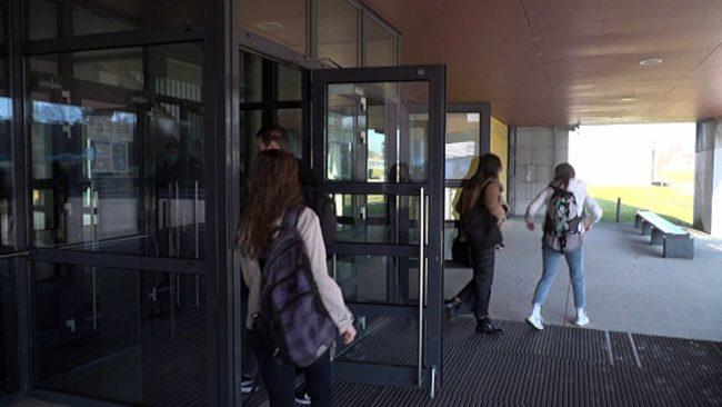V šolske klopi se je vrnilo na Ptuju 136 gimnazijcev