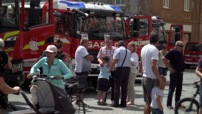 Predstavitev gasilcev pred mestno hišo na Ptuju