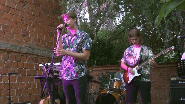 Z glasbo na dvorišče